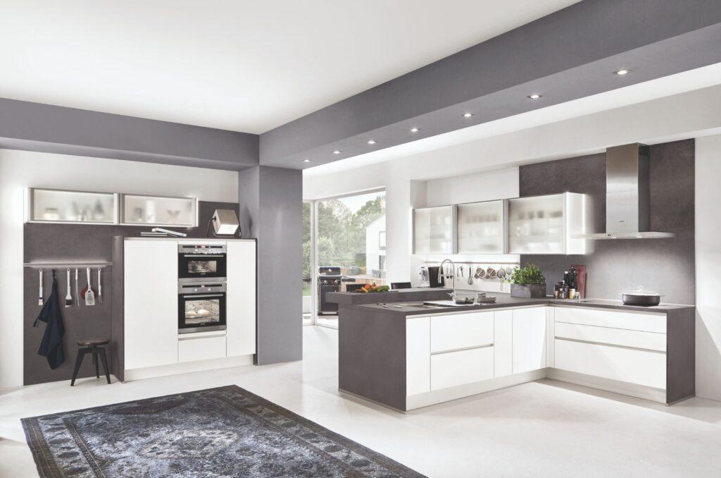Cocinas modernas blancas con encimeras negras